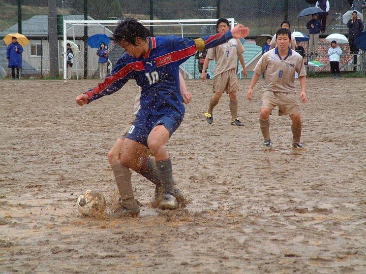 泥の飛沫がなんとも なんとかゴールに近づけ  東南戦 山東サッカー 山南サッカー